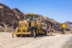 Bulldozer på den smala vägen Royaltyfri Foto
