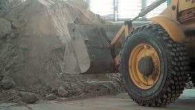 Bulldozer in pakhuis stock videobeelden