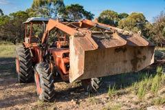 Bulldozer pesante, macchina della scavatrice nei dintorni rurali fotografie stock libere da diritti