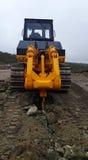 Bulldozer scheurende rotsen bij steengroeve Stock Fotografie