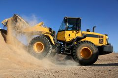 Bulldozer som arbetar med sand royaltyfria bilder