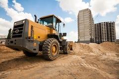 Bulldozer som arbetar på konstruktionsplatsen Royaltyfri Foto
