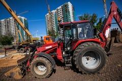 Bulldozer som arbetar på konstruktionsplatsen Royaltyfri Bild