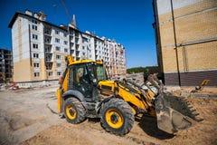 Bulldozer som arbetar på konstruktionsplatsen Royaltyfria Bilder