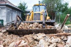 Bulldozer som demolerar en gammal byggnad Royaltyfri Foto
