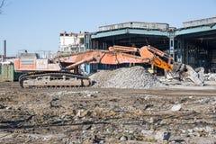 Bulldozer som krossar byggnaden Arkivbilder
