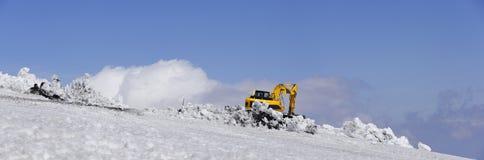 Bulldozern med skyffeln tar bort snö etna italy mt sicily royaltyfri foto