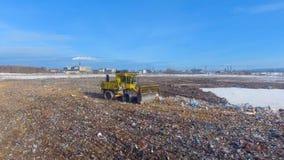 Bulldozern som skjuter avskrädet på förrådsplatsen för förlorat förfogande copter 4K stock video
