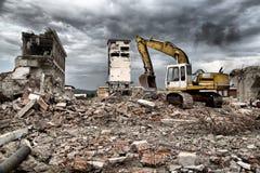 Bulldozern tar bort skräpet från rivning av övergivna byggnader Royaltyfri Foto