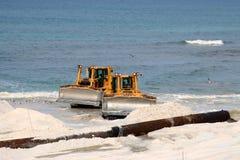 Bulldozers op het strand royalty-vrije stock afbeeldingen