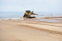 bulldozerseashoreworking arkivfoton