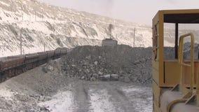 Bulldozertractor met de emmerwerken naast de wagens stock videobeelden