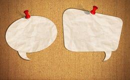 Bulle blanc de la parole avec des broches de poussée sur le panneau de liège Photo libre de droits
