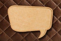 Bulle blanc de la parole sur le cuir de Brown Images stock