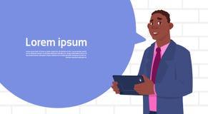 Bulle de causerie de Holding Tablet Speak d'homme d'affaires d'afro-américain grande avec l'espace de copie des textes Photo libre de droits