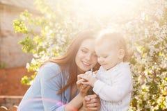 Bulle de savon de mère et de fille Photographie stock