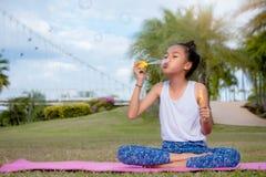 Bulle de savon drôle de bonheur de filles en parc, WI heureux riants Photos stock
