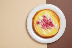 Bulle med vaniljsås och den röda vinbäret Arkivbild