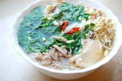 Bulle Thang - traditionell vietnamesisk maträtt med strimlade höna, skinka och ägg som garneras av huggen av koriander Arkivbild