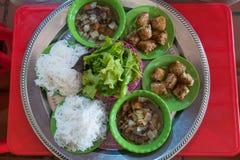 `-BulleCha ` är en vietnamesisk maträtt av den grillade griskött och nudeln royaltyfri foto