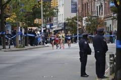 Bullen passen weiblichen Marathon der Auslese-Läufer-NYC auf Stockfotos