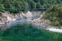 BULLER-KLYFTA, NYA ZEELAND - FEBRUARI 13: Längst swingbridge för NZ Royaltyfria Bilder