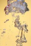 Bulles d'air dans l'eau photo stock