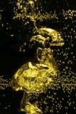 Bulles d'air jaunes dans l'eau Photographie stock