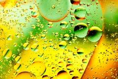 Bulles d'huile dans l'eau image stock