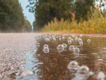 Bulles dans un magma sur la route sous la pluie Concept de tristesse d'automne photo stock