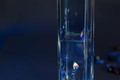 Bulles de couleur dans le verre Image stock