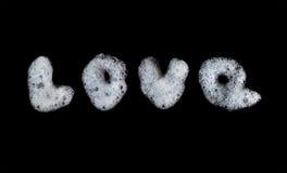 Bulles de mousse de savon écrites par amour de Word Figure la mousse, les lessives, la texture de douche et le modèle Fond noir O Photographie stock libre de droits