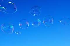 Bulles de savon au-dessus de ciel bleu Photos libres de droits