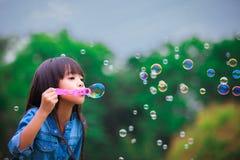 Bulles de savon de soufflement Photographie stock