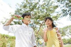 Bulles de savon de soufflement Photo stock