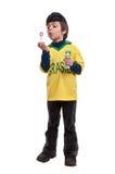 Bulles de savon de soufflement de petit garçon sur le fond blanc Photo libre de droits