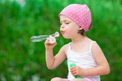 Bulles de savon de soufflement mignonnes de petite fille Photos libres de droits