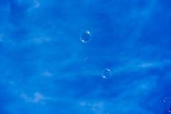 Bulles de savon flottant dans le ciel bleu Photos stock