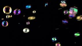 Bulles de savon de flottement dans le ciel Backgroungs noirs banque de vidéos
