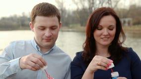 Bulles de savon de soufflement de couples affectueux banque de vidéos