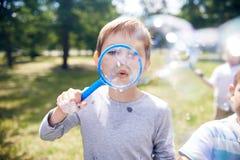 Bulles de savon de soufflement en parc Photos libres de droits
