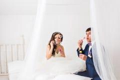 Bulles de soufflement de couples de mariage Image stock