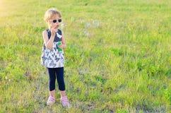 Bulles de soufflement de petite fille dehors, l'espace libre Images stock