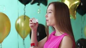 Bulles de soufflement de femme en vacances banque de vidéos