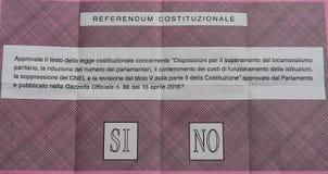 Bulletin de vote pour le référendum italien de constitution Photographie stock