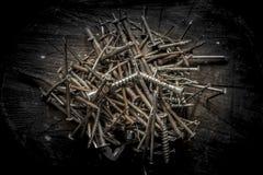 Bullette per suole del ferro sul troncone di legno Stile maschio brutale Residuo-metallo Immagini Stock