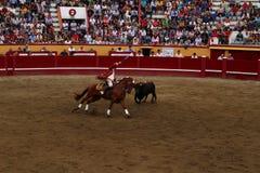 Bullfighter верхом округляет его цель стоковые изображения rf