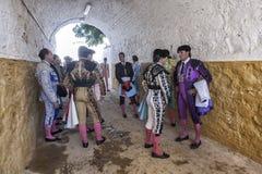 Bullfighters говоря на переулке ждать для того чтобы прийти вне к бушелю Стоковая Фотография RF