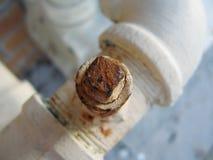 Bullone arrugginito sul tubo di acqua Immagini Stock Libere da Diritti