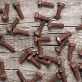 Bullone di vite arrugginito sulla tavola di legno fotografia stock